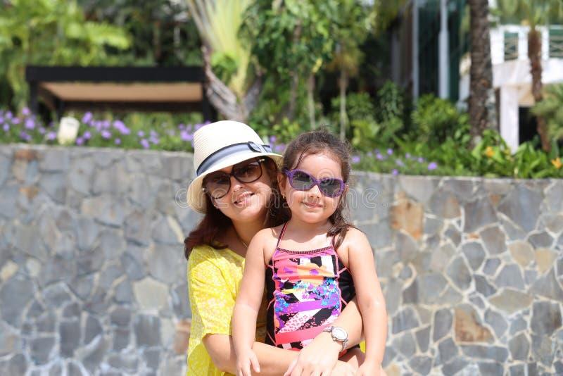 Μητέρα και κόρη που απολαμβάνουν το καλοκαίρι υπαίθρια στοκ εικόνα με δικαίωμα ελεύθερης χρήσης
