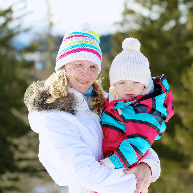 Μητέρα και κόρη που απολαμβάνουν το χειμώνα στο χιονοδρομικό κέντρο στοκ φωτογραφία