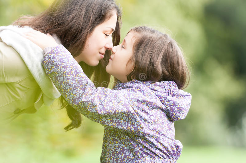 Μητέρα και κόρη που εξετάζουν η μια την άλλη στο πάρκο. στοκ φωτογραφίες με δικαίωμα ελεύθερης χρήσης