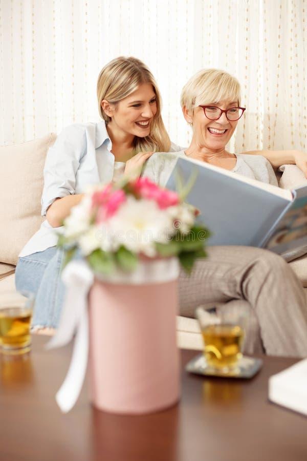 Μητέρα και κόρη που εξετάζουν το λεύκωμα οικογενειακών φωτογραφιών στοκ φωτογραφίες με δικαίωμα ελεύθερης χρήσης