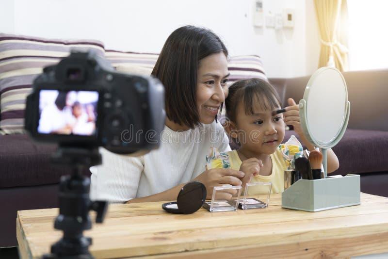Μητέρα και κόρη που κάνουν το makeup σας Με την καταγραφή που κάνει τηλεοπτική στοκ φωτογραφία