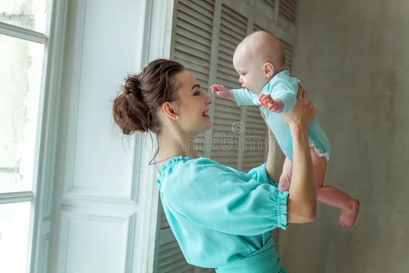 Μητέρα και κόρη που παίζουν στο σπίτι στοκ φωτογραφία με δικαίωμα ελεύθερης χρήσης