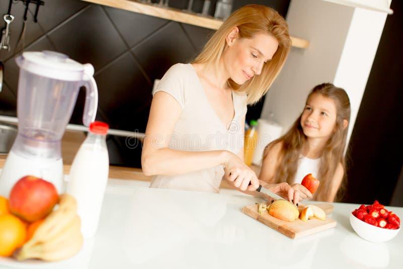 Μητέρα και κόρη που προετοιμάζουν τον υγιή καταφερτζή στοκ εικόνες
