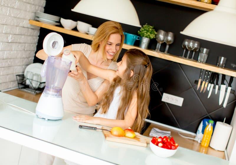 Μητέρα και κόρη που προετοιμάζουν το shealthy καταφερτζή στοκ εικόνα με δικαίωμα ελεύθερης χρήσης