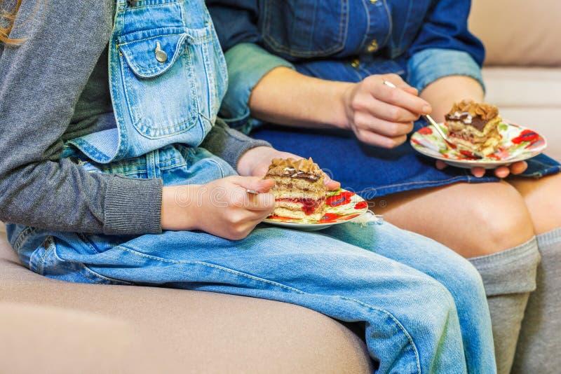Μητέρα και κόρη που τρώνε το κέικ στοκ εικόνες