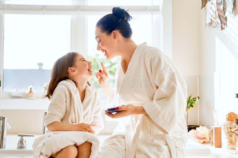 Μητέρα και κόρη που φροντίζουν για το δέρμα στοκ εικόνες με δικαίωμα ελεύθερης χρήσης