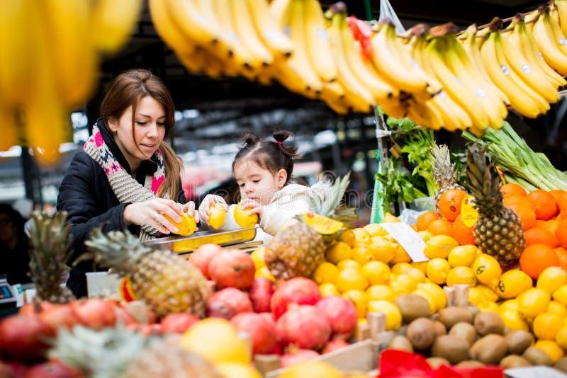 Μητέρα και κόρη στην αγορά στοκ εικόνα με δικαίωμα ελεύθερης χρήσης