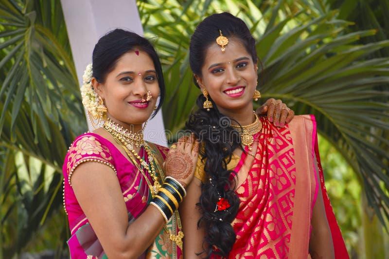 Μητέρα και κόρη στη γαμήλια ενδυμασία που εξετάζουν τη κάμερα, Pune στοκ εικόνες με δικαίωμα ελεύθερης χρήσης