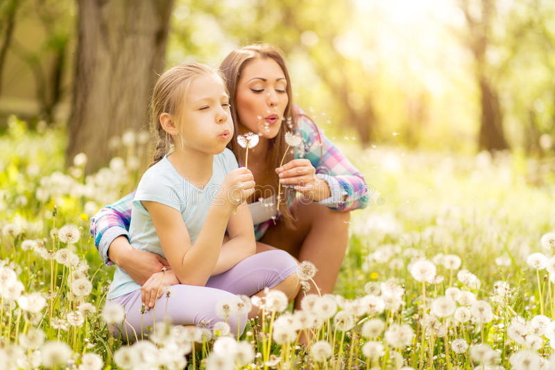 Μητέρα και κόρη στη φύση στοκ εικόνα με δικαίωμα ελεύθερης χρήσης