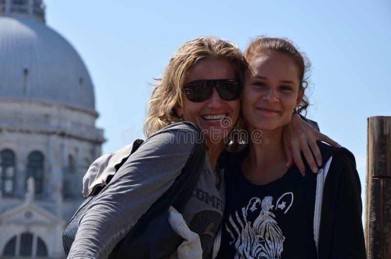 Μητέρα και κόρη στις διακοπές στη Βενετία στοκ εικόνα