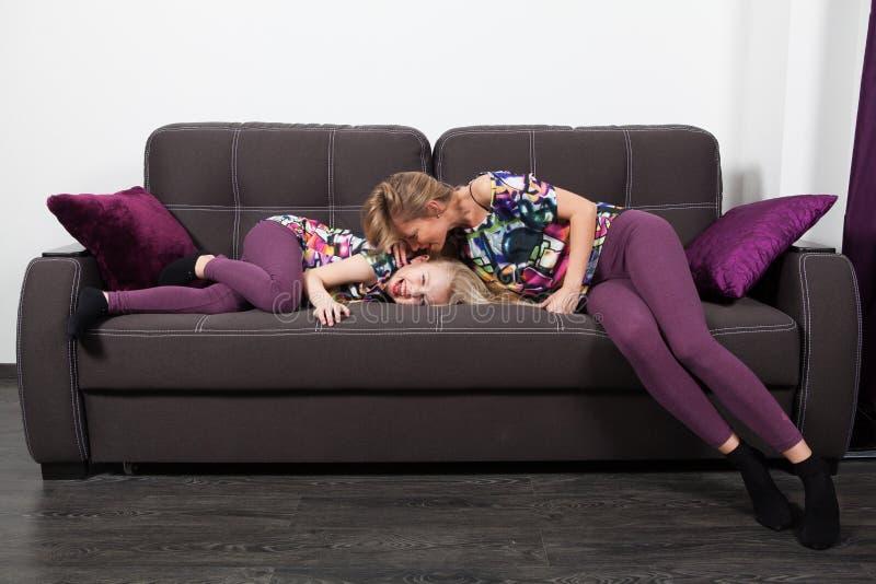 Μητέρα και κόρη στον καναπέ στοκ φωτογραφία με δικαίωμα ελεύθερης χρήσης