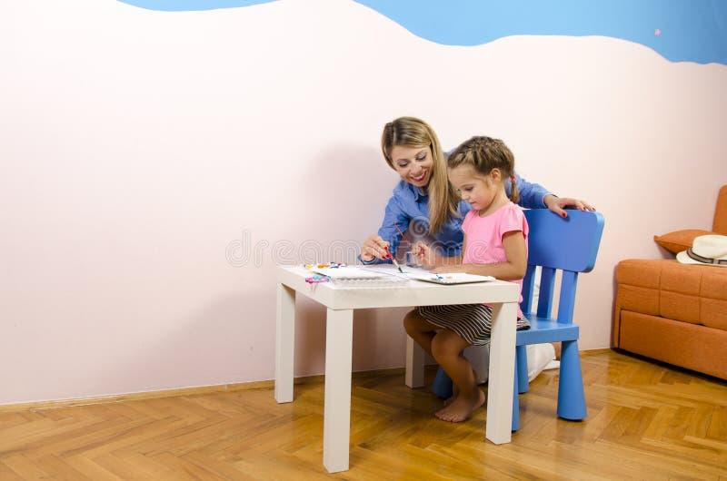 Μητέρα και κόρη στο δωμάτιο παιδιών στοκ φωτογραφίες με δικαίωμα ελεύθερης χρήσης