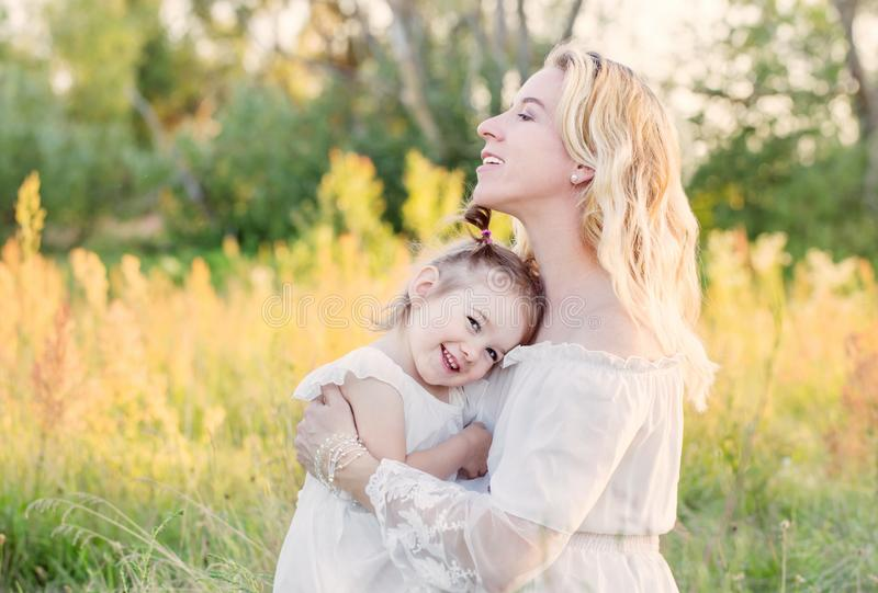 Μητέρα και κόρη στο λιβάδι στοκ φωτογραφίες