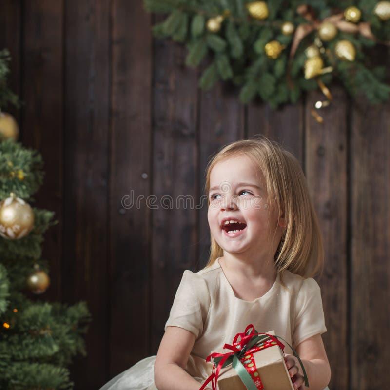 Μητέρα και κόρη στο χριστουγεννιάτικο δέντρο σε ένα ξύλινο υπόβαθρο στοκ φωτογραφία με δικαίωμα ελεύθερης χρήσης