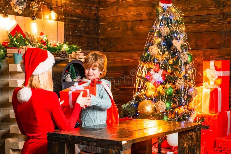 Μητέρα και λίγη φιλική οικογένεια γιων αγοριών παιδιών που έχουν τη διασκέδαση r Οικογένεια που έχει το χριστουγεννιάτικο δέντρο  στοκ φωτογραφία με δικαίωμα ελεύθερης χρήσης