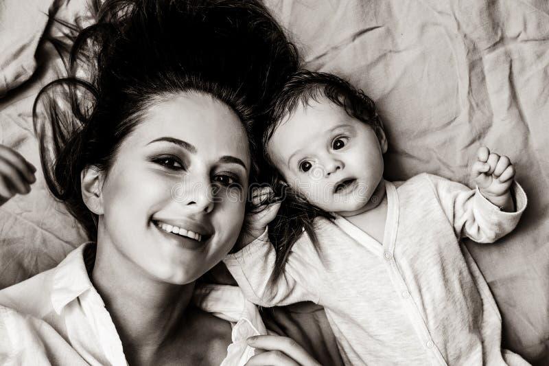 Μητέρα και λίγο ξάπλωμα παιδιών στοκ φωτογραφίες με δικαίωμα ελεύθερης χρήσης
