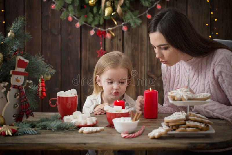 Μητέρα και μικρό κορίτσι με τα μπισκότα Χριστουγέννων στοκ εικόνα με δικαίωμα ελεύθερης χρήσης