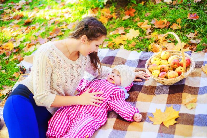 Μητέρα και μωρό που έχουν το πικ-νίκ στοκ εικόνες με δικαίωμα ελεύθερης χρήσης