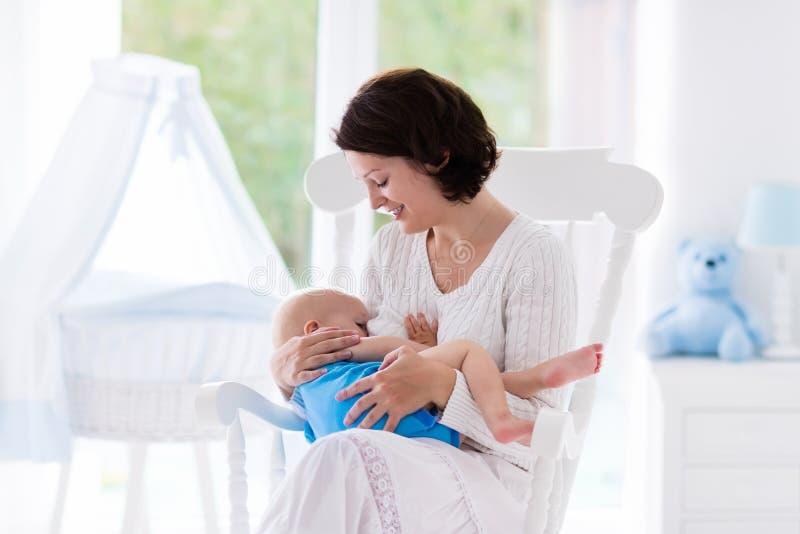 Μητέρα και μωρό στην κρεβατοκάμαρα στοκ φωτογραφία με δικαίωμα ελεύθερης χρήσης