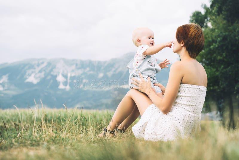Μητέρα και μωρό υπαίθρια Οικογένεια στη φύση στοκ εικόνες