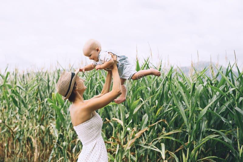 Μητέρα και μωρό υπαίθρια Οικογένεια στη φύση στοκ φωτογραφία