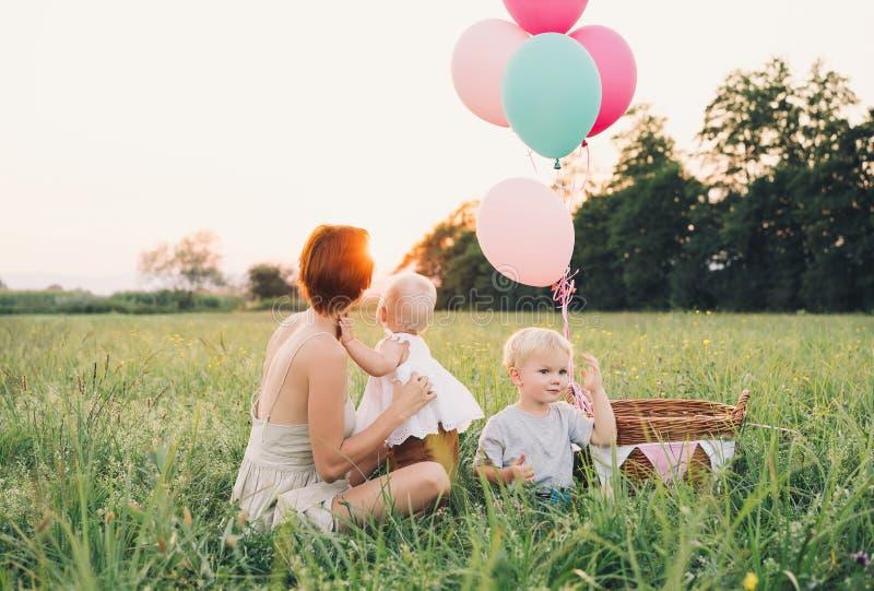 Μητέρα και μωρό υπαίθρια Οικογένεια στη φύση στοκ εικόνα με δικαίωμα ελεύθερης χρήσης