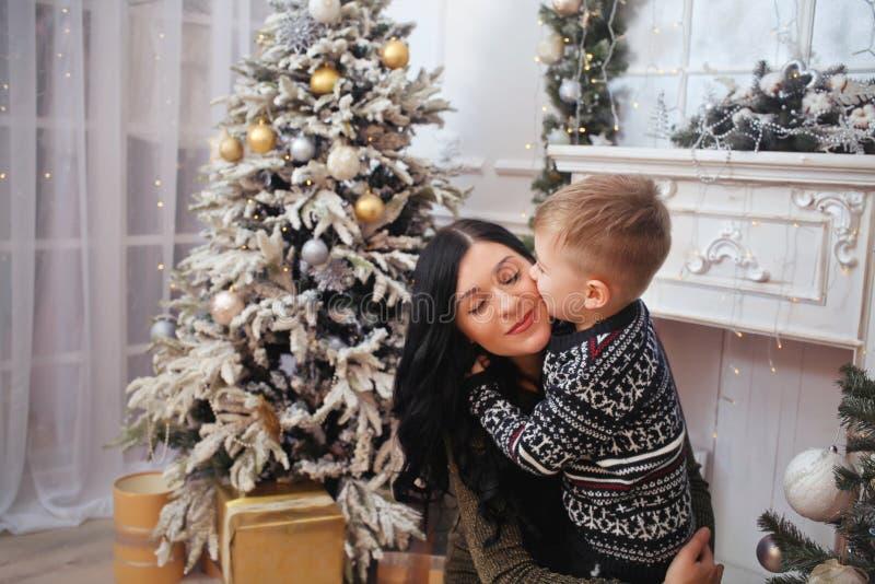 Μητέρα και ο γιος κοντά σε ένα νέο δέντρο έτους στοκ εικόνες
