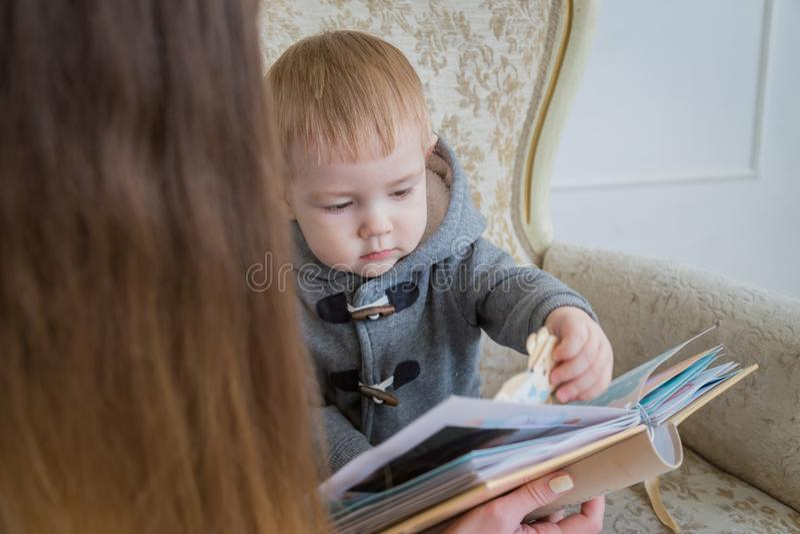 Μητέρα και ο γιος μωρών της που κοιτάζουν photobook στοκ εικόνες με δικαίωμα ελεύθερης χρήσης