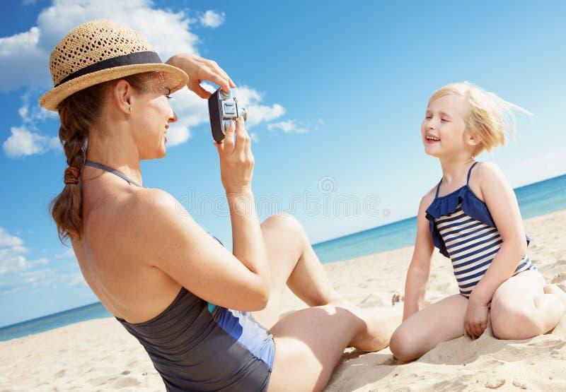Μητέρα και παιδί που παίρνουν τις φωτογραφίες με την αναδρομική κάμερα φωτογραφιών ταινιών στοκ εικόνες