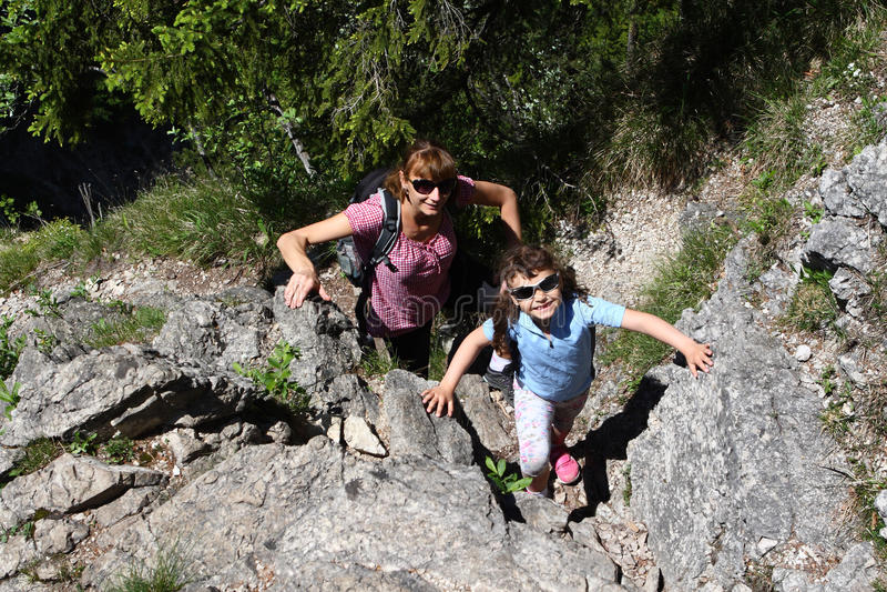 Μητέρα και παιδί, οικογενειακή πεζοπορία στοκ εικόνες