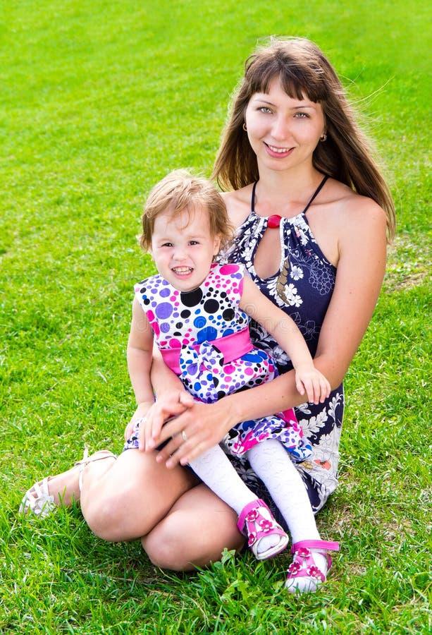 Μητέρα και παιδί στη χλόη στοκ εικόνες