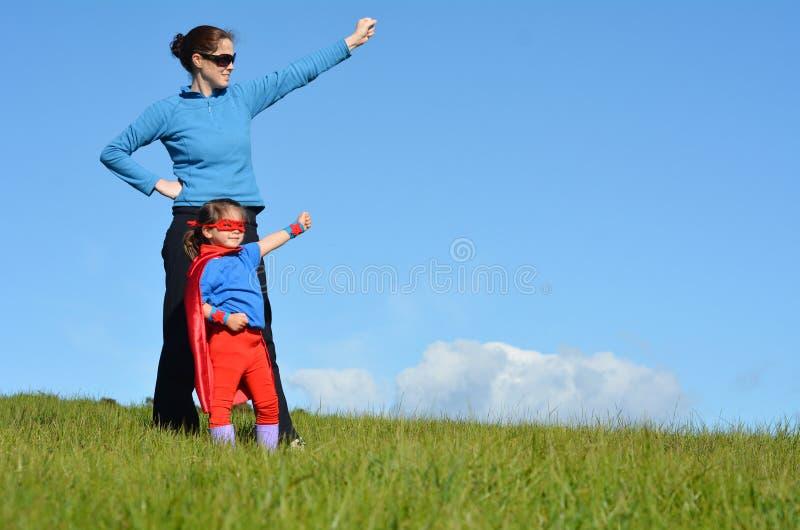 Μητέρα και παιδί Superhero - δύναμη κοριτσιών