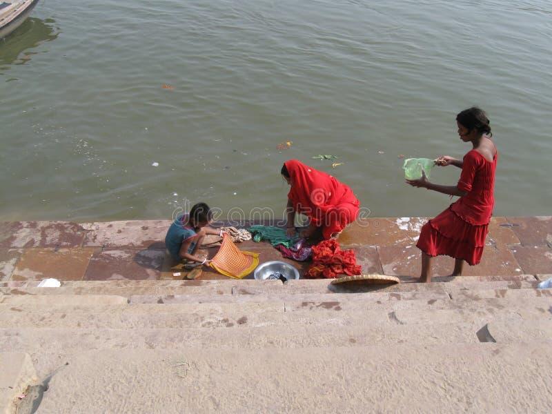Μητέρα και παιδιά που κάνουν το πλυντήριο Assi Ghat Varanasi Ινδία στοκ εικόνες