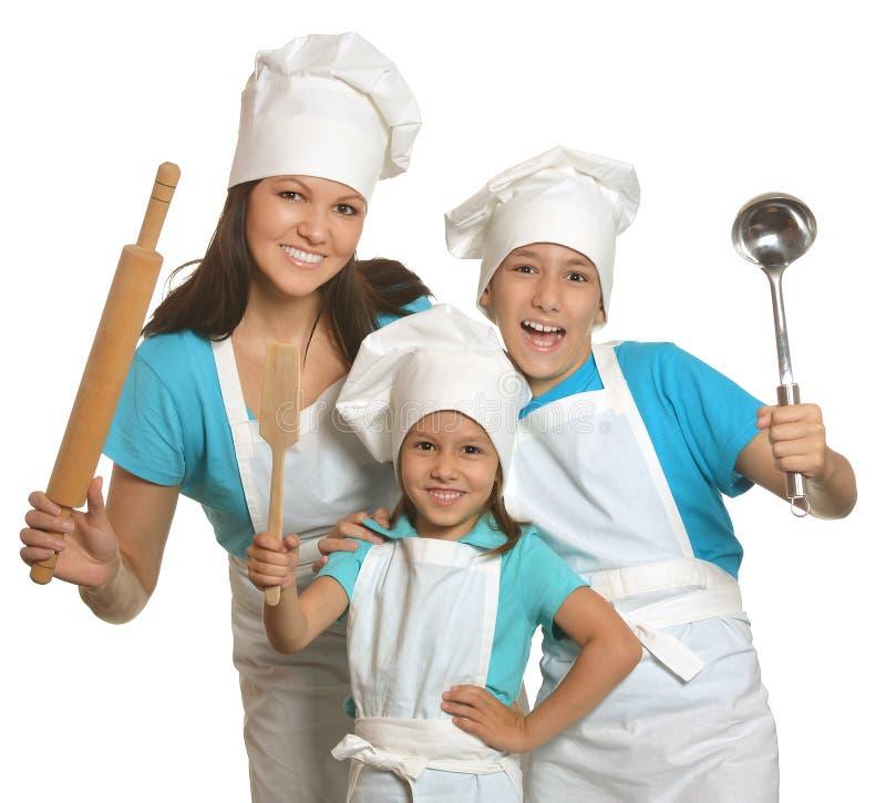 Μητέρα και παιδιά στους αρχιμάγειρες ομοιόμορφους στοκ φωτογραφίες
