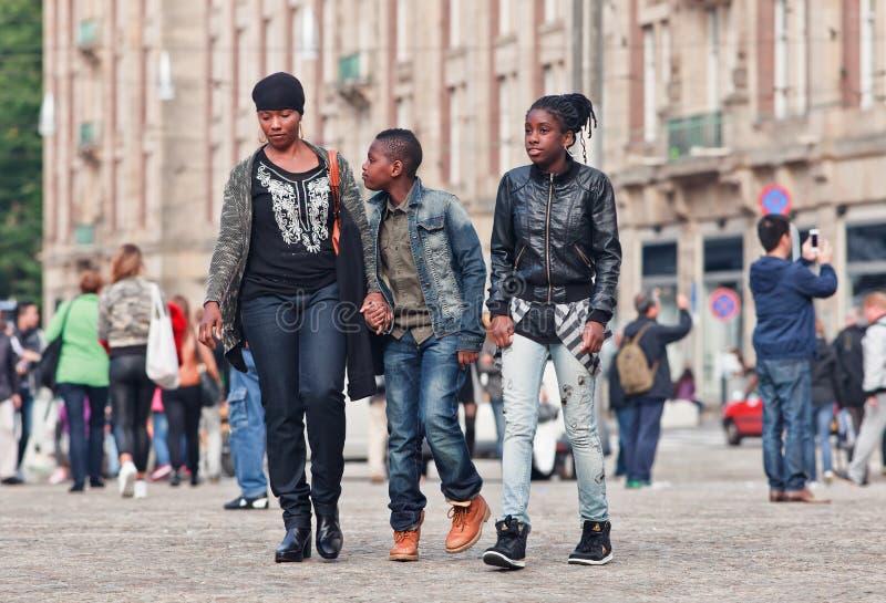 Μητέρα και παιδιά του Σουρινάμ στο τετράγωνο φραγμάτων, Άμστερνταμ, Κάτω Χώρες στοκ εικόνα με δικαίωμα ελεύθερης χρήσης