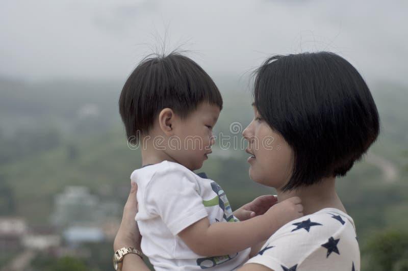 Μητέρα και το αγοράκι της που εξετάζουν κάθε ένα άλλο στοκ εικόνα