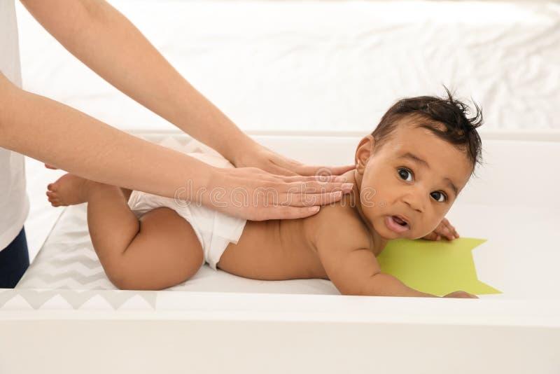 Μητέρα και το χαριτωμένο παιδί της Μασάζ και ασκήσεις μωρών στοκ εικόνες