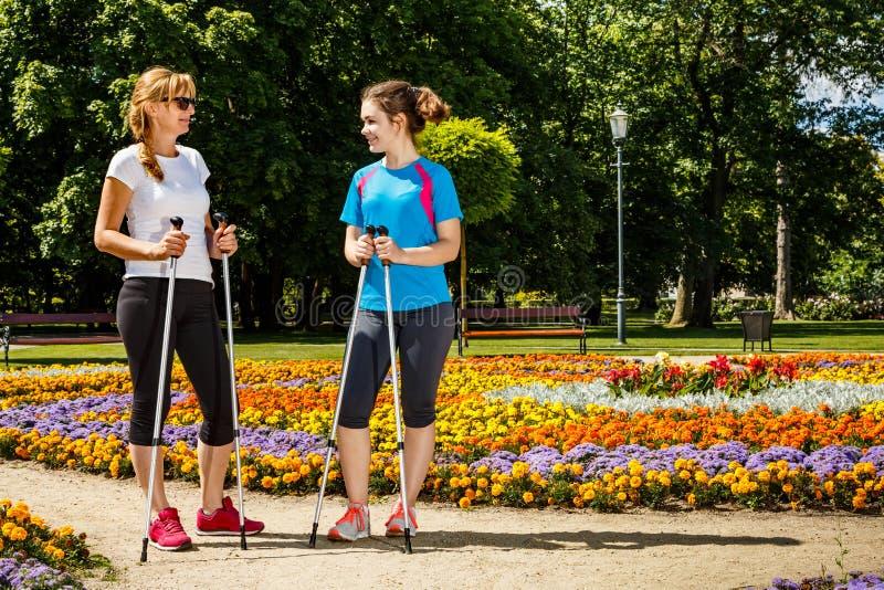 Μητέρα και doughter σκανδιναβικό περπάτημα στοκ φωτογραφίες