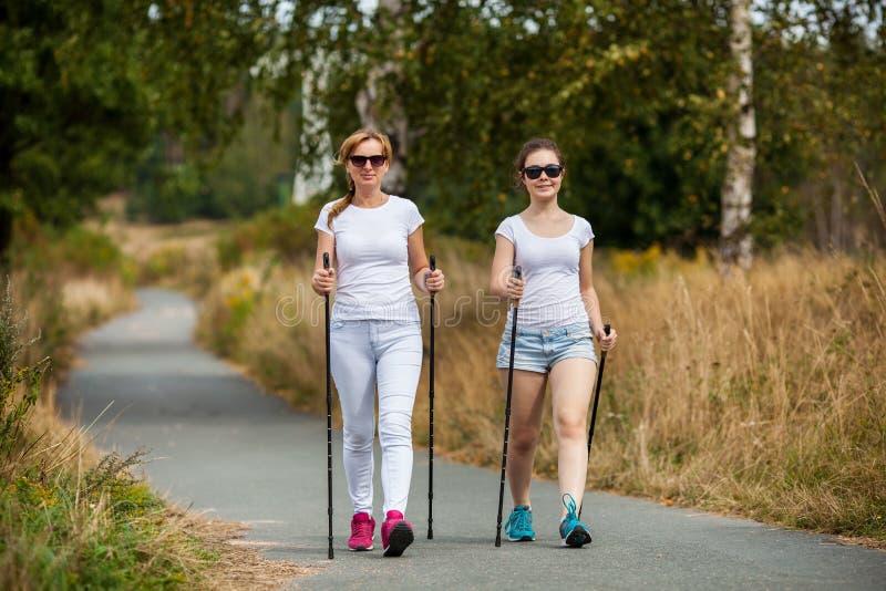 Μητέρα και doughter σκανδιναβικό περπάτημα στοκ εικόνες