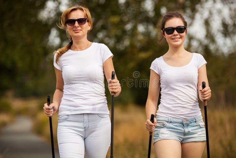 Μητέρα και doughter σκανδιναβικό περπάτημα στοκ εικόνα