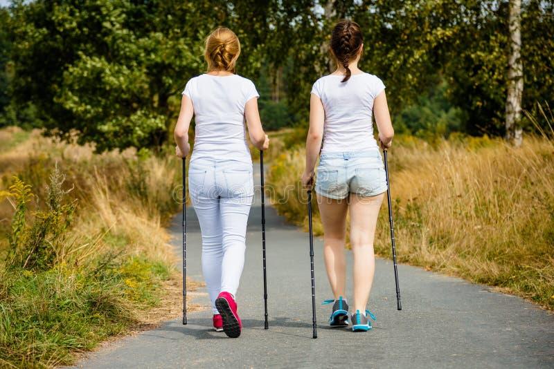 Μητέρα και doughter σκανδιναβικό περπάτημα στοκ φωτογραφία με δικαίωμα ελεύθερης χρήσης
