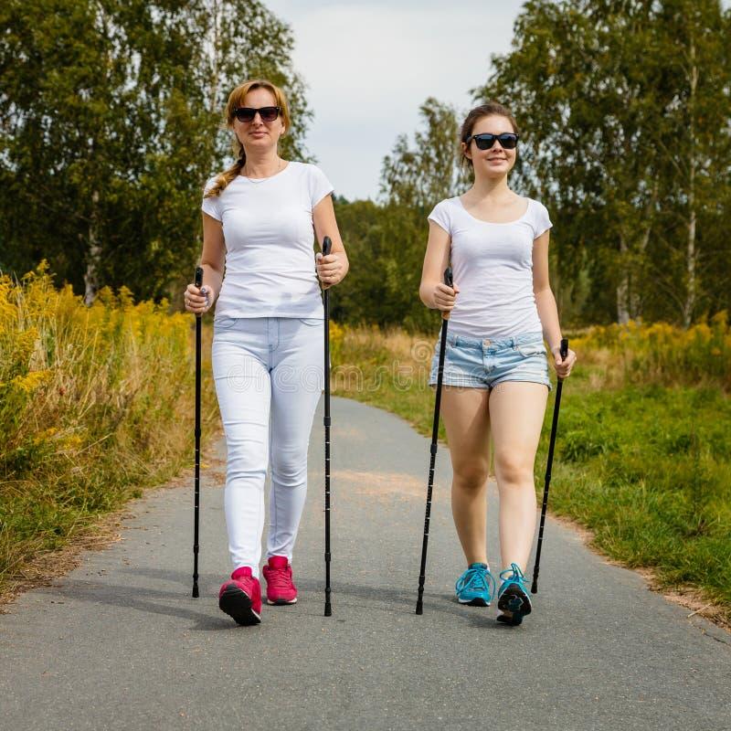 Μητέρα και doughter σκανδιναβικό περπάτημα στοκ φωτογραφίες με δικαίωμα ελεύθερης χρήσης