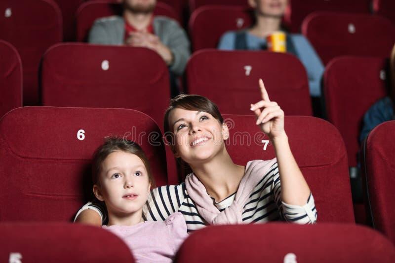 μητέρα κοριτσιών κινηματογράφων στοκ εικόνες με δικαίωμα ελεύθερης χρήσης