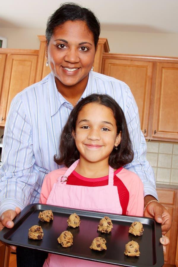 μητέρα κοριτσιών μπισκότων στοκ φωτογραφίες με δικαίωμα ελεύθερης χρήσης