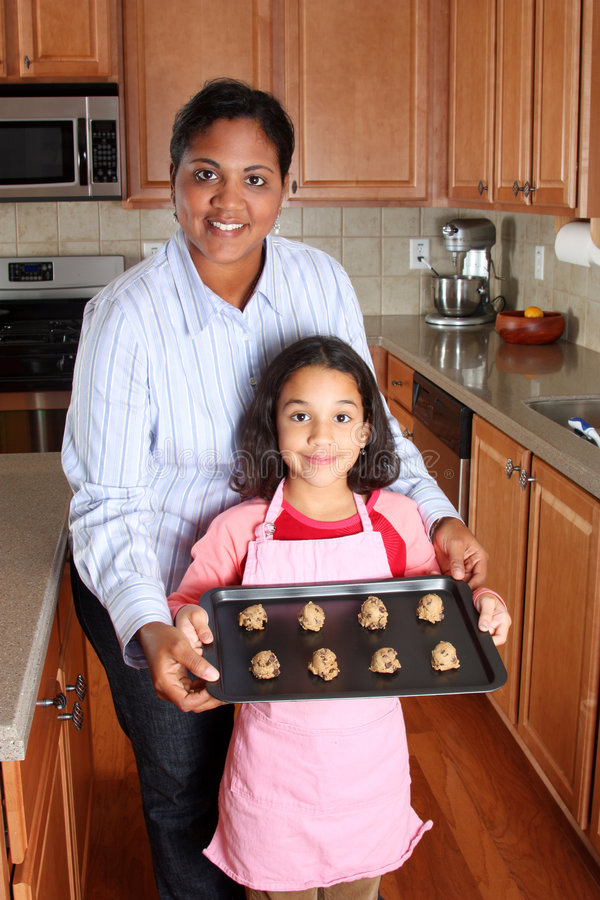 μητέρα κοριτσιών μπισκότων στοκ εικόνες με δικαίωμα ελεύθερης χρήσης