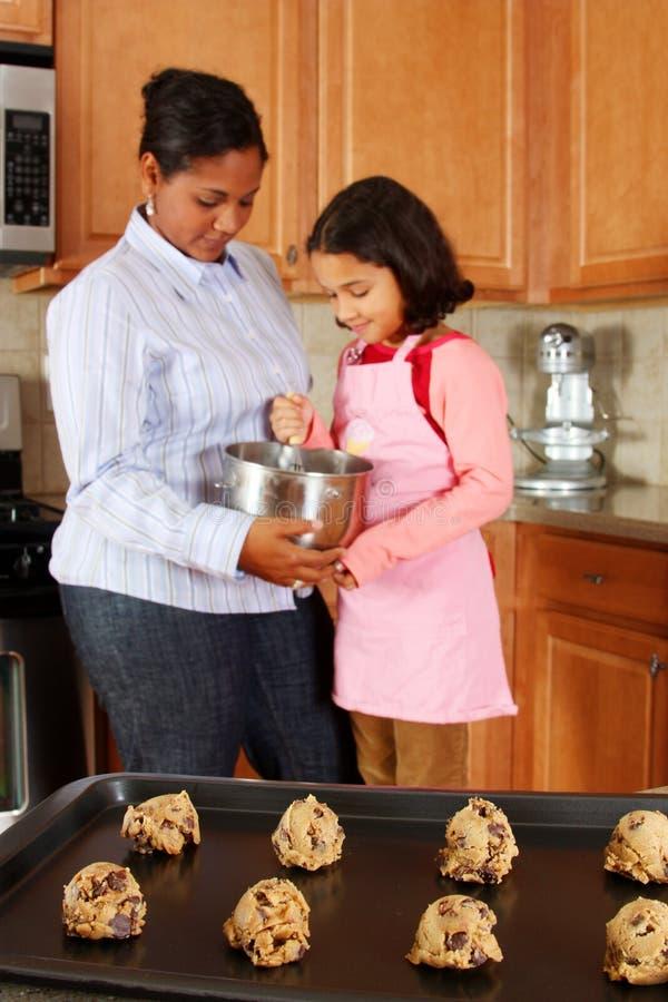 μητέρα κοριτσιών μπισκότων στοκ φωτογραφία