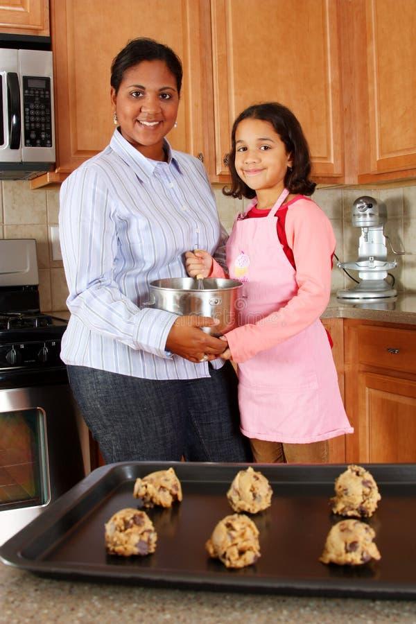 μητέρα κοριτσιών μπισκότων στοκ φωτογραφία με δικαίωμα ελεύθερης χρήσης