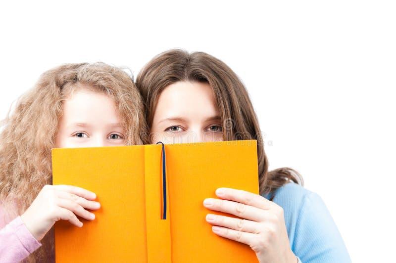 μητέρα κορών βιβλίων στοκ φωτογραφίες