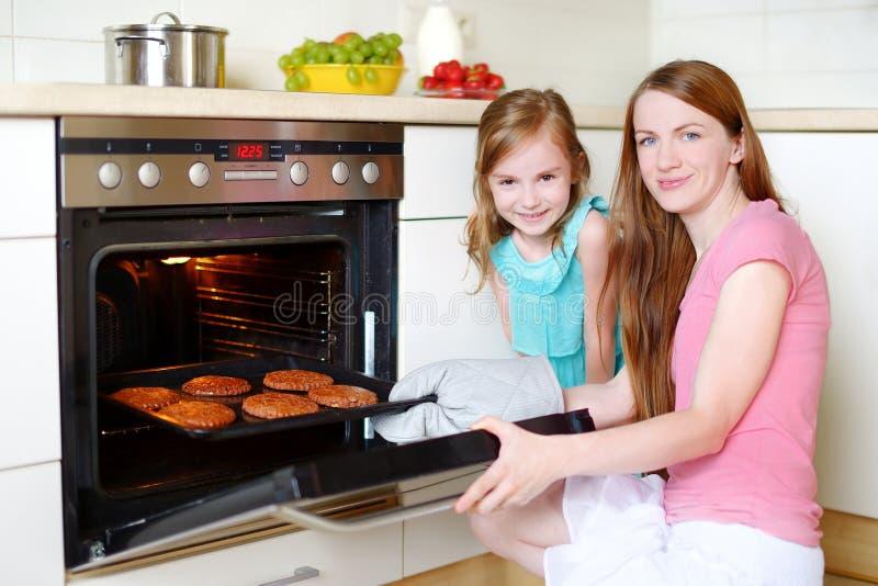 μητέρα κορών μπισκότων ψησίμα στοκ φωτογραφία