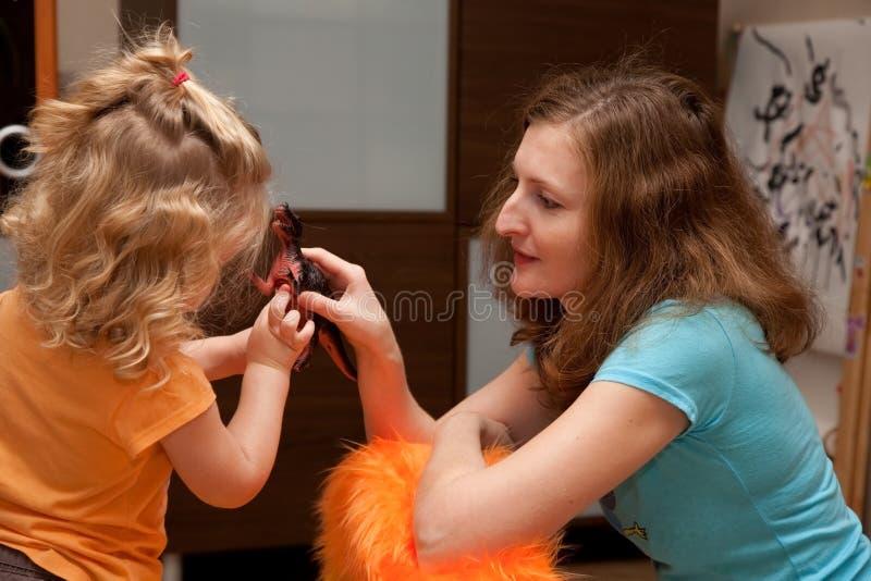 μητέρα κορών που παίζει από &kapp στοκ φωτογραφία με δικαίωμα ελεύθερης χρήσης